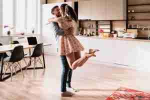 pareja de jóvenes en una vivienda